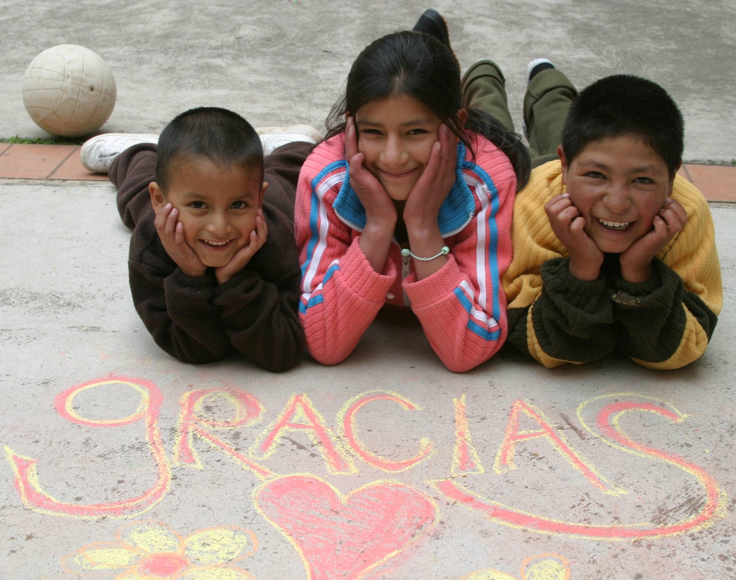 Vier lachende Kinder